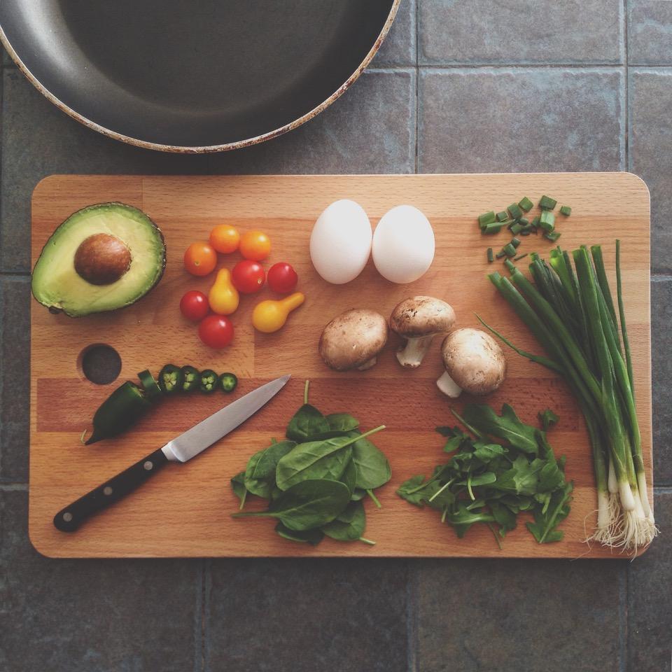 λαχανικά σε ξύλινη επιφάνεια κοπής