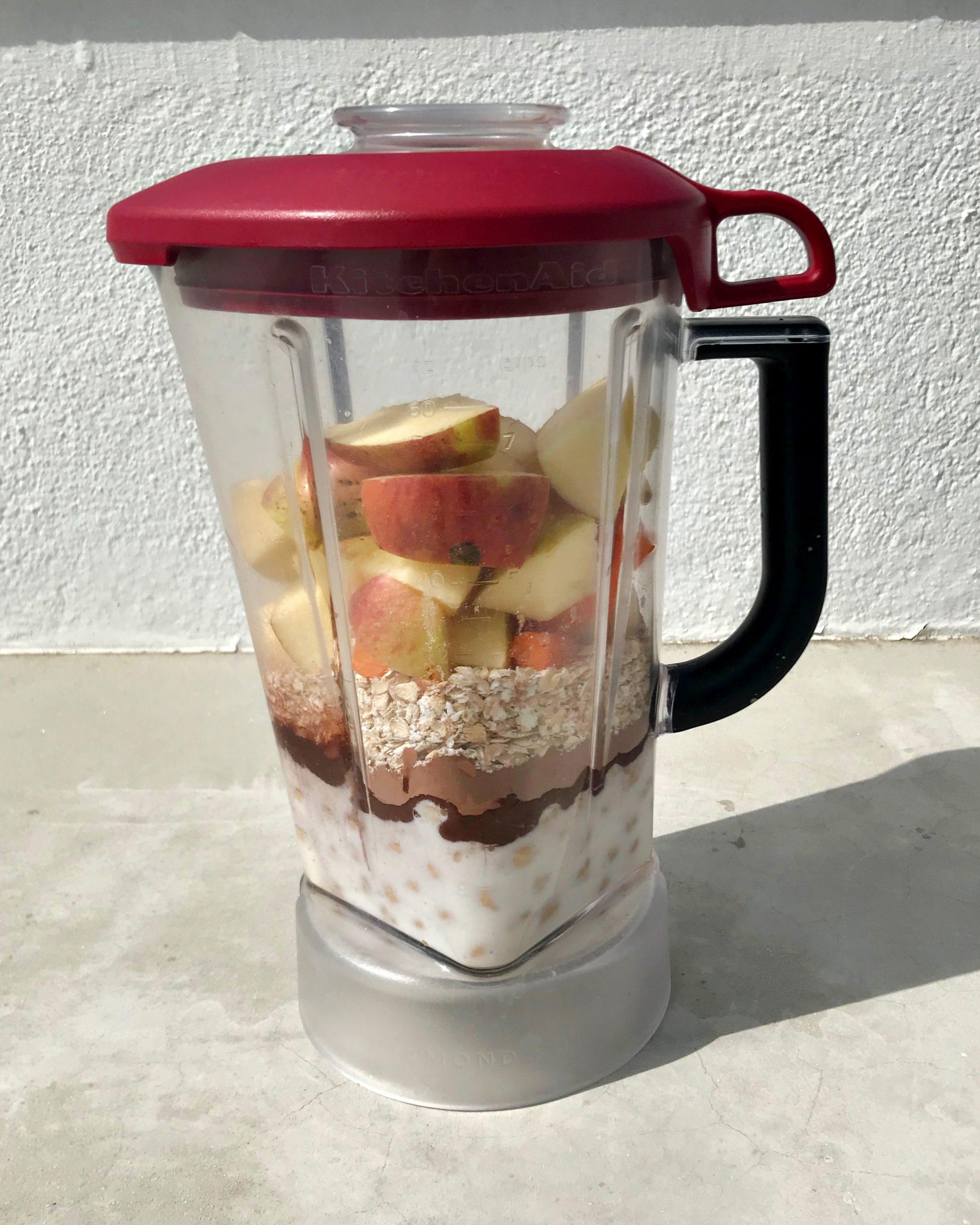 φρούτα και υλικα στο μπλέντερ