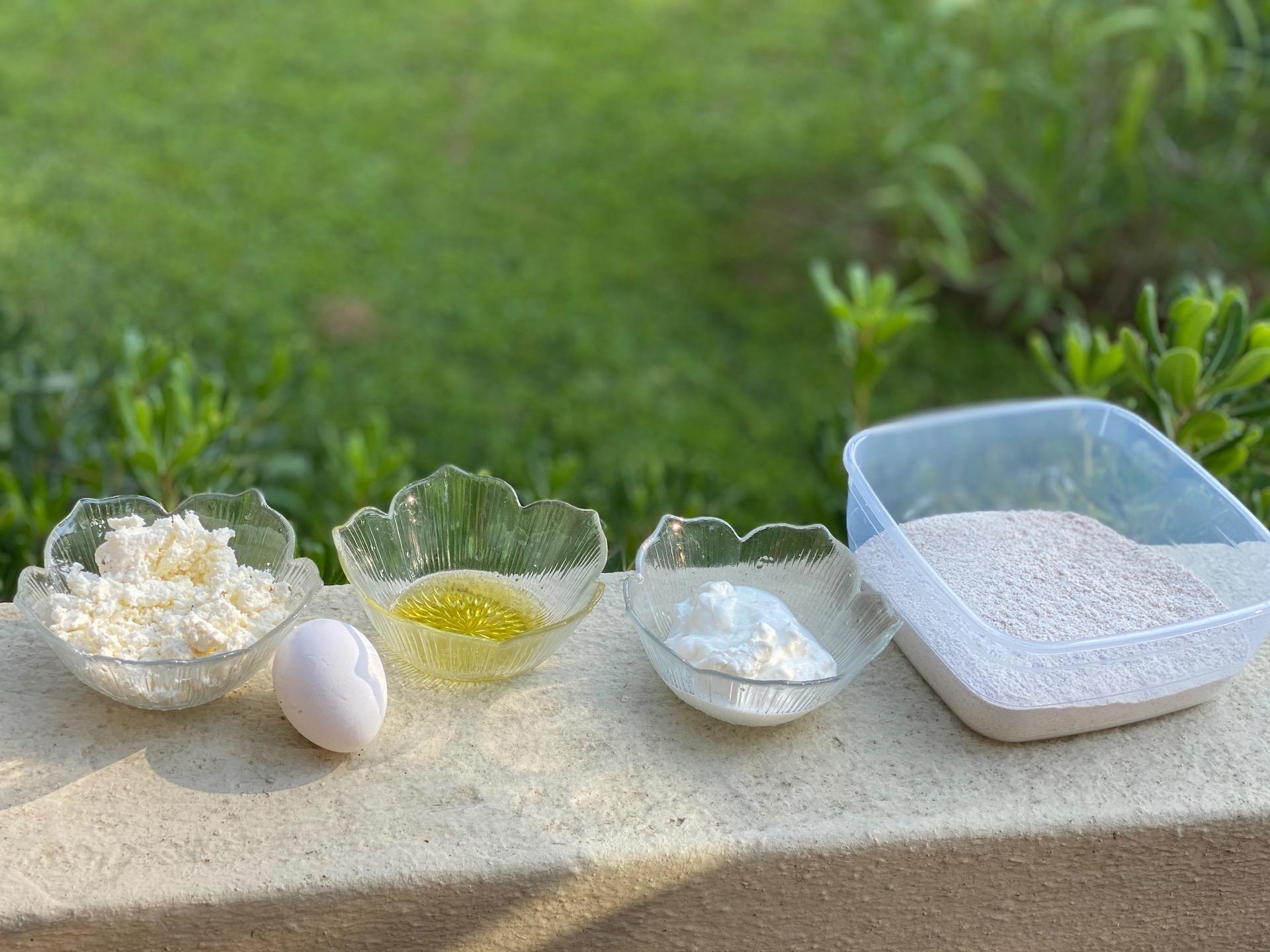 αυγο, λάδι, αλάτι, τυρί, γιαούρτι σε μπωλ