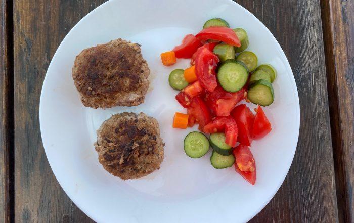 μπιφτέκια και σαλάτα σε πιάτο