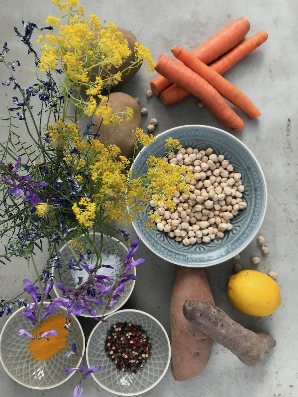 """Αν σας ενδιαφέρει μια vegan διατροφή είναι σημαντικό να είναι ισορροπημένη! Πολύς κόσμος παρεξηγημένα θεωρεί ότι το να είσαι vegan εξορισμού σημαίνει """"ισορροπημένη διατροφή"""". Μπορούμε όμως μαζί να δημιουργήσουμε μια διατροφή που να είναι vegan και συγχρόνως φροντιστική για τον εαυτό σας!"""