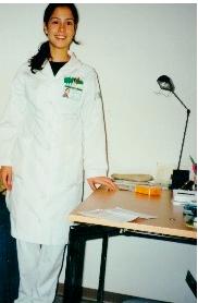 Μαρία Μπασκίνη-κλινική διαιτολόγος στέκεται δίπλα από γραφείο κατά τη διάρκεια σπουδών