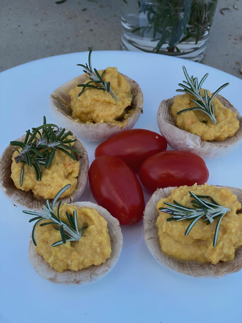 μανιτάρια σε πιάτο με χουμους