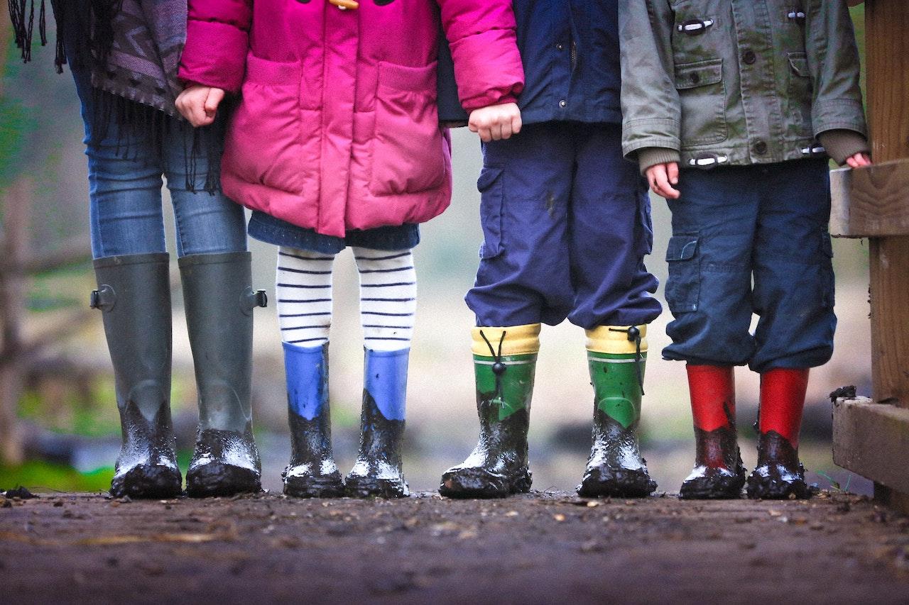 παιδικά πόδια με γαλότσες βροχής