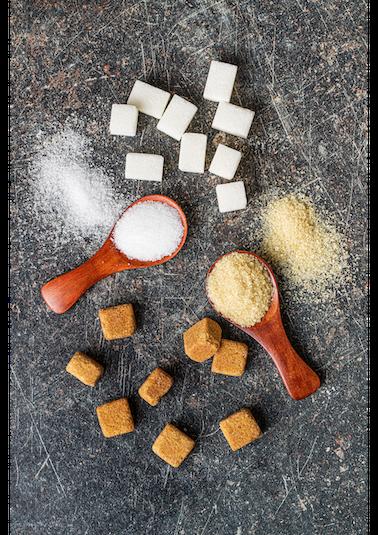 κύβοι λευκής και καστανής ζάχαρης