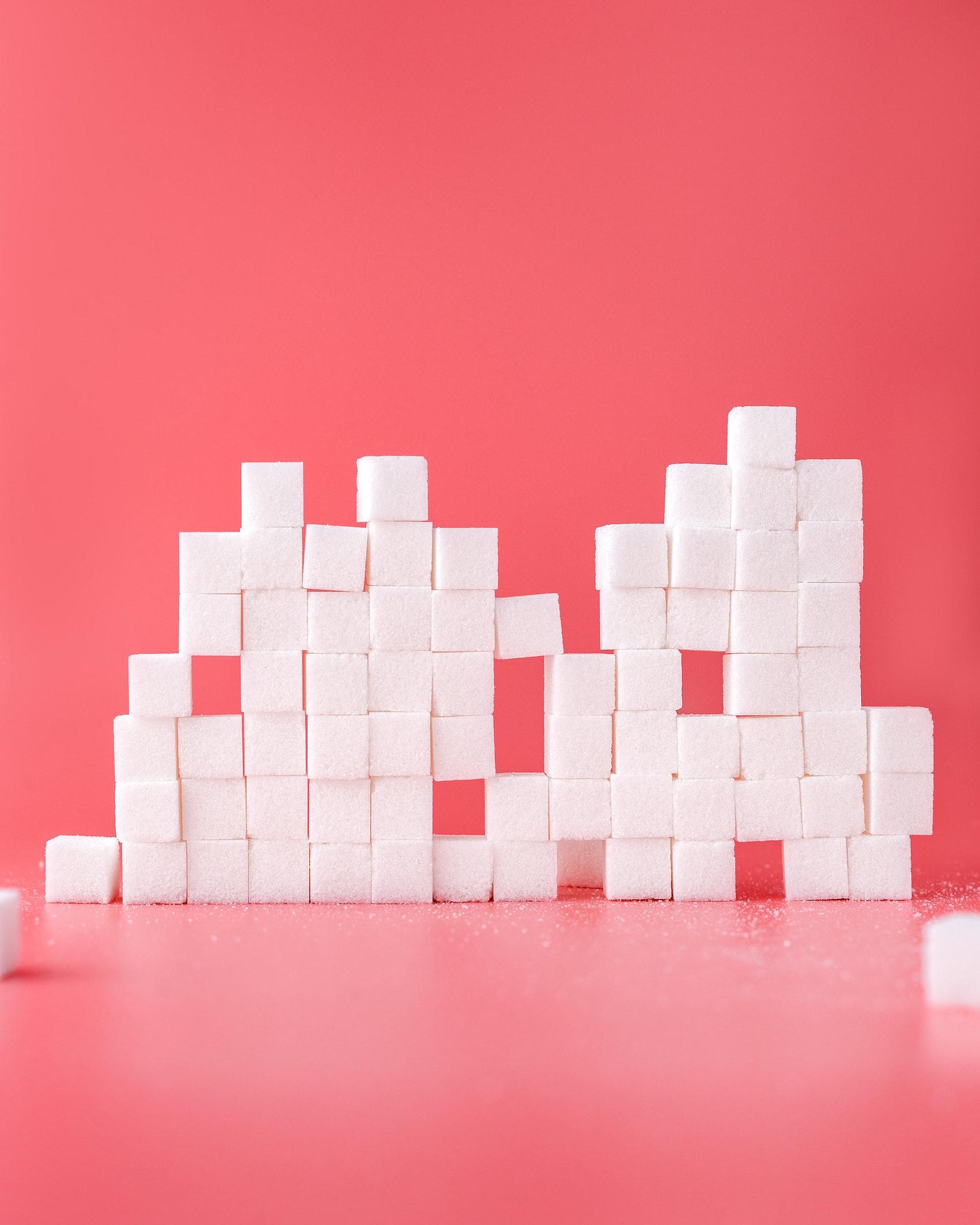 πύργος από ζάχαρη σε ροζ επιφάνεια