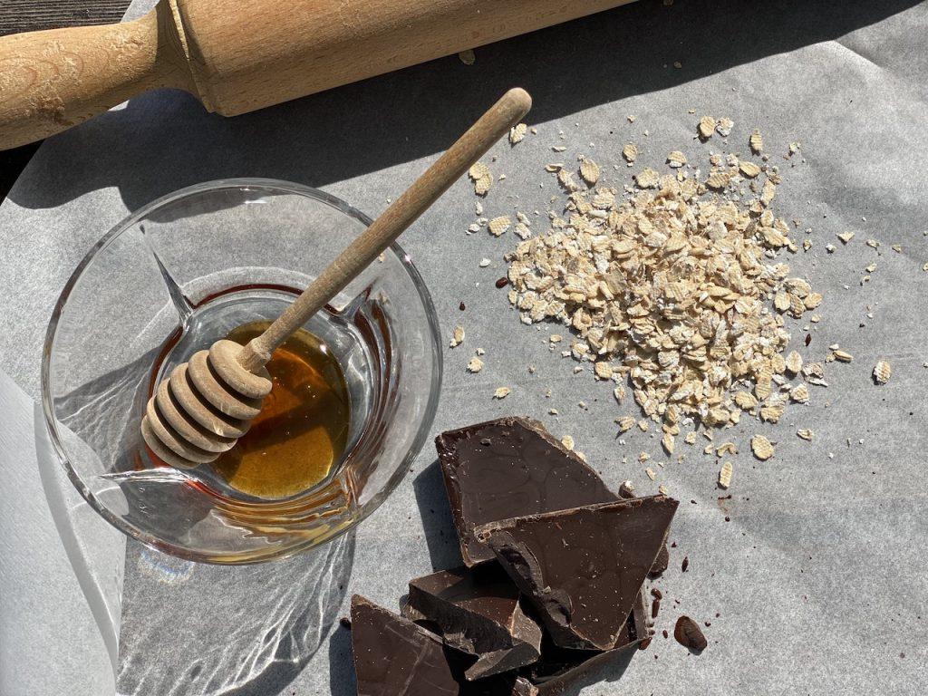 υλικά για σοκολατάκια με βρώμη μέλι και πορτοκάλι