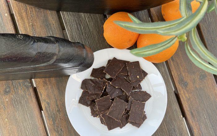 σοκολατάκια σε πιάτο με πορτοκάλια