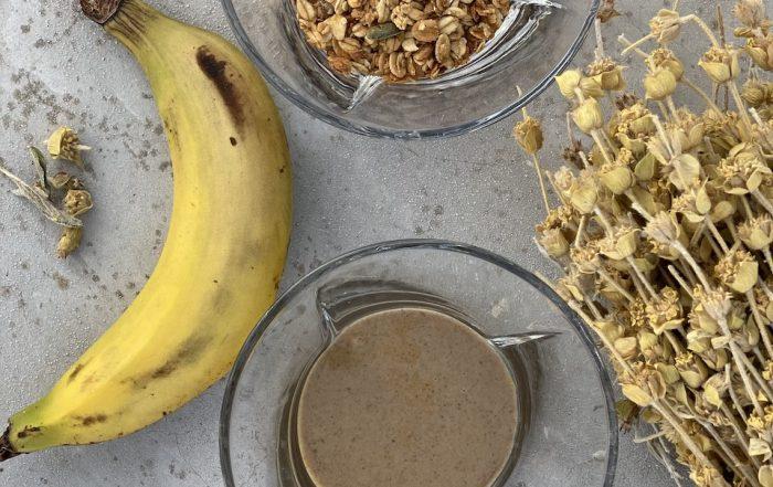 μπανάνα, γκρανόλα, ταχίνι σε μπωλ