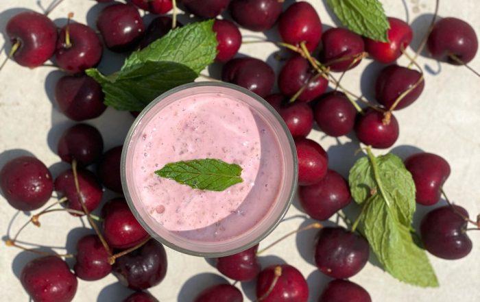 Ποτηράκι με γλύκισμα απο γιαούρτι και φράουλες και κεράσια γύρω γύρω