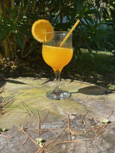 κολωνάτο ποτήρι με χυμό πορτοκάλι και φέτα πορτοκαλιου