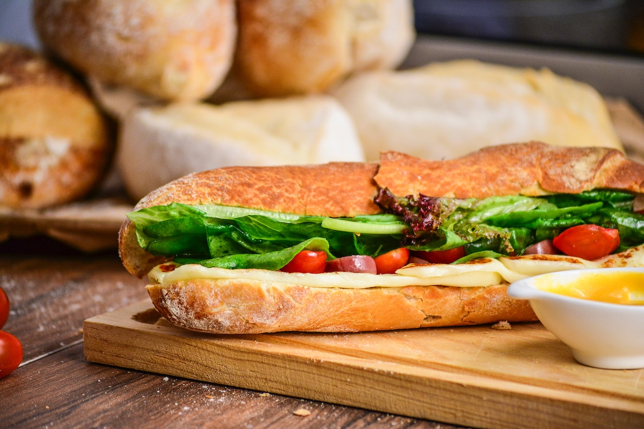 μπαγκέτα σάντουιτς σε πάγκο εργασίας