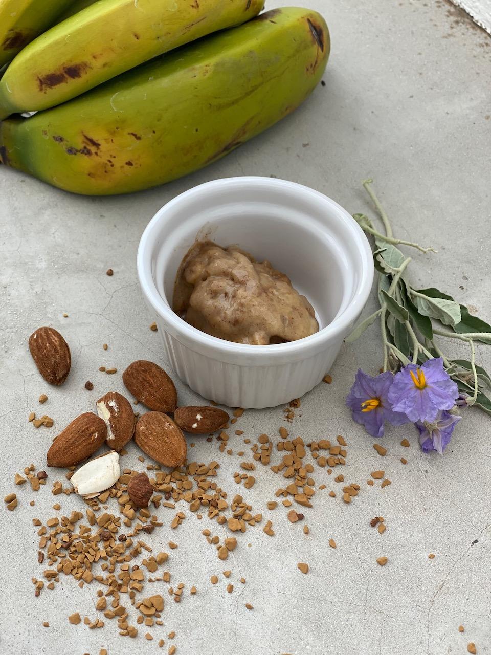 παγωτό σε μπωλάκι με αμύγδαλα και μπανάνα στο πλάι