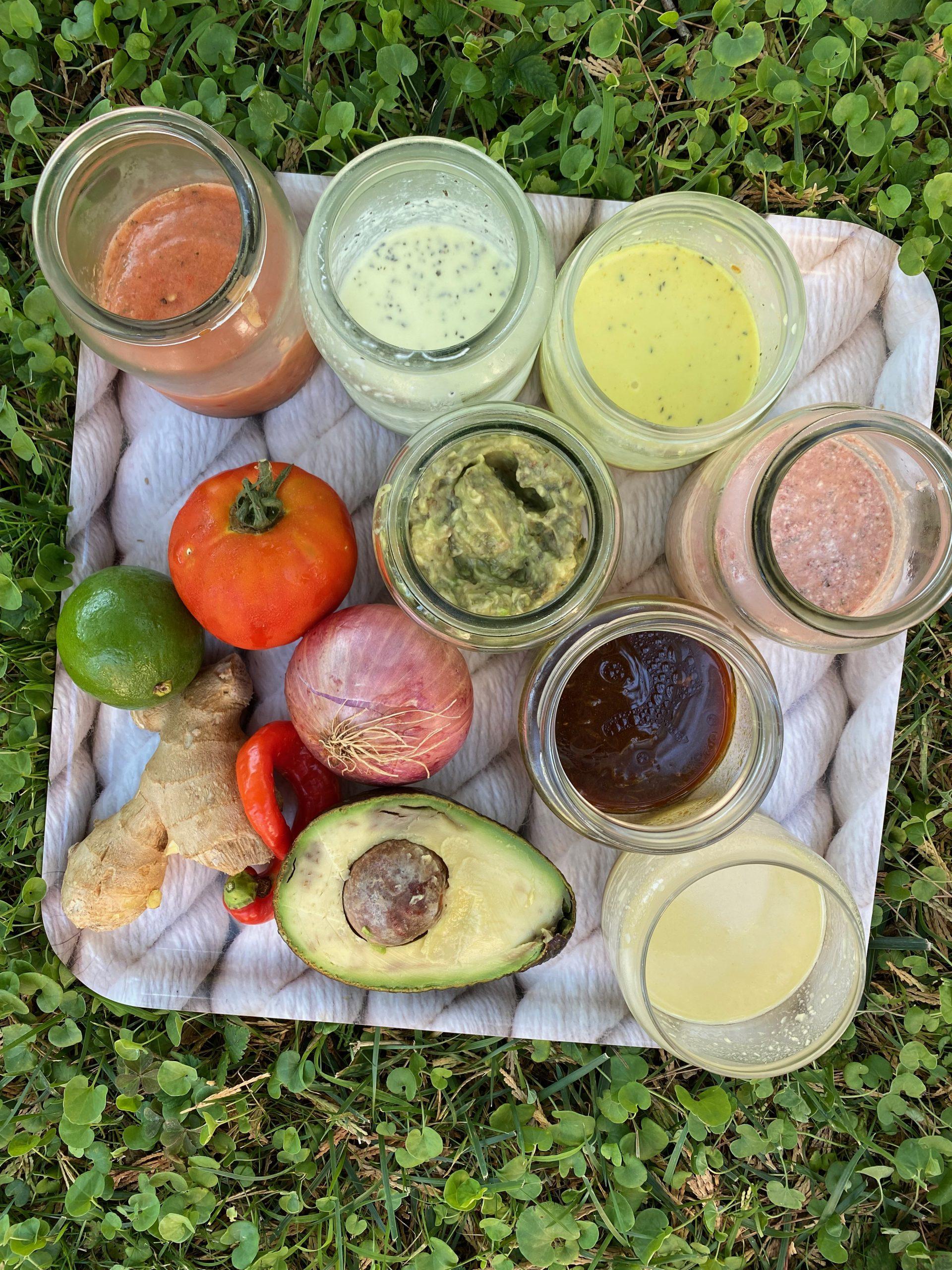 βαζάκια με διάφορες σος σε δίσκο και λαχανικά