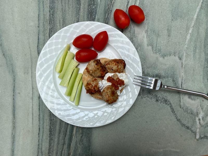 ντομάτα, αγγουράκι, πίτα και κρέας πάνω σε πιάτο