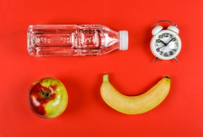 μπουκάλι, μήλο, μπανάνα, ρολόι