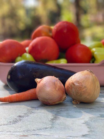 λαχανικά σε μαρμάρινο τραπέζι